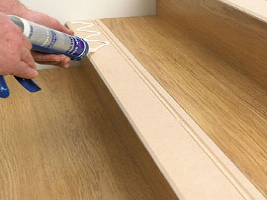 Совсем необязательно промазывать планки клеем по всей длине. Нанесенные с небольшим интервалом мазки клея или герметика обеспечат приемлемую прочность.