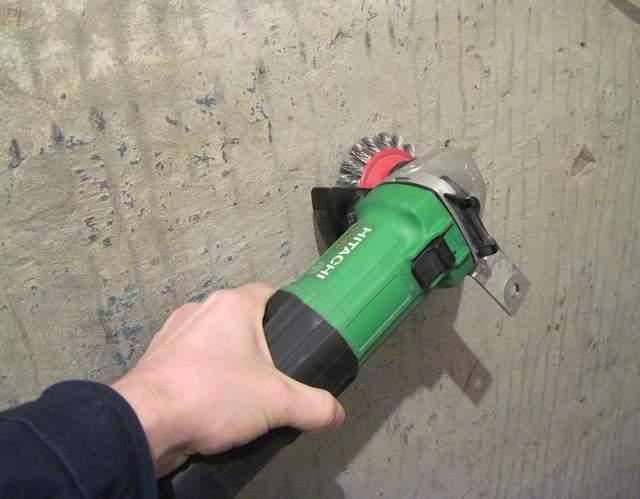 Снятие краски на потолке в помощью дрели с насадкой