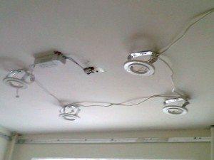 Трансформатор проще всего закрепить на перекрытии, рядом со светильниками. Но при выходе из строя до него будет нельзя добраться без демонтажа потолка.