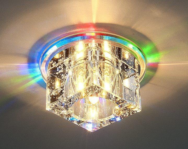 Квадратный светильник, встроенный в натяжной потолок