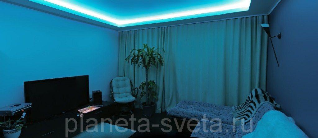 Здесь в полной мере использованы дизайнерские хитрости. Даже светильник на стене справа нацелен в потолок.