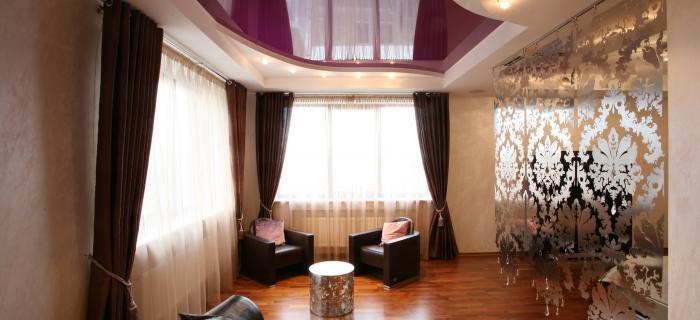 Зеркальный или глянцевый натяжной потолок – хорошее решение для помещений с низкими потолками