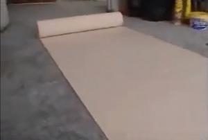 Для разметки обои раскатывают на чистом полу