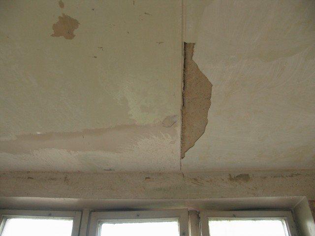 Поверхность потолка следует очистить от отваливающейся штукатурки