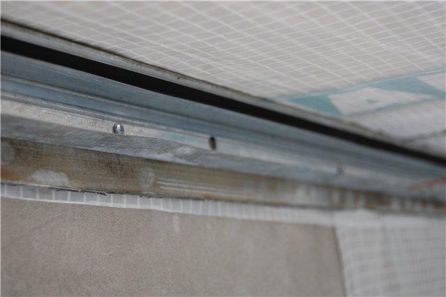 Профиль UD крепится под потолком