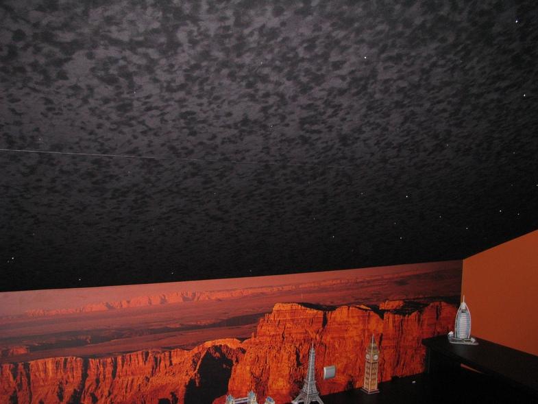 Потолки с замшевой фактурой производятся преимущественно темными.