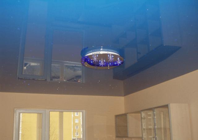 Дизайн потолков низких по высоте предполагает устройство глянцевых натяжных потолков в холодных оттенках