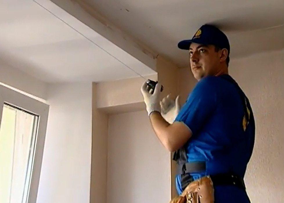 Малярным шнуром отбивают общий уровень натяжного потолка