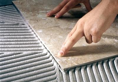 Клей можно намазывать, как на плитку, так и на потолок