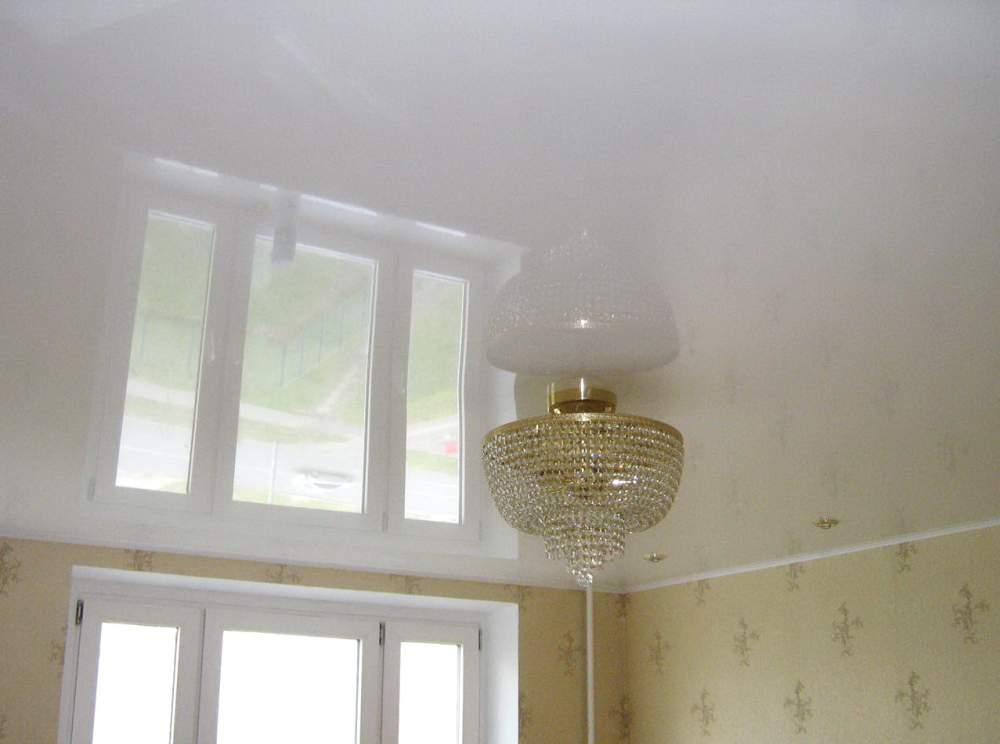 Глянцевый бесшовный натяжной потолок делает поверхность просто идеальной, без малейшего изъяна