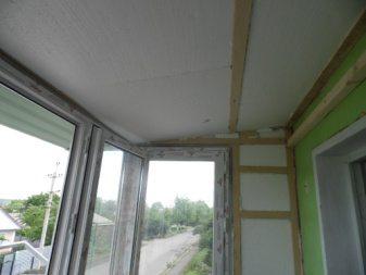 Потолок на балконе утеплён пенопластом. Сверху плита