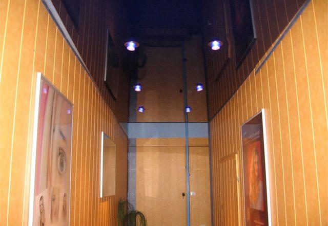 Глянцевый потолок визуально увеличивает высоту помещения