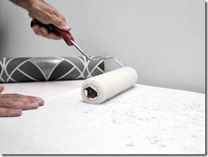 Нанесение клея на обои удобнее и качественнее всего осуществляется с помощью валика