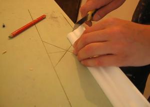 Запиливание внутреннего угла левого плинтуса на столе