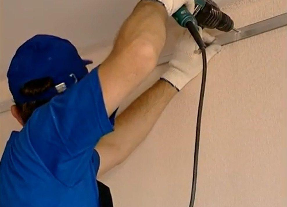 Устанавливаем профилированный багет на стену