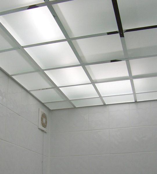 За поверхностью потолка из оргстекла скрыты люминесцентные лампы