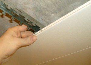 Монтаж реек на потолок