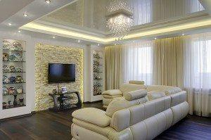 Зеркальный эффект такой фактуры зрительно увеличит высоту низких потолков, придав гостиной величие и торжественность