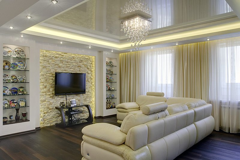 Зеркальный эффект такой фактуры зрительно увеличит высоту низких потолков, придав гостиной величие и торжественность.