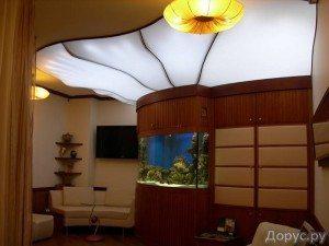 Полупрозрачный натяжной потолок схож с загадочным матовым стеклом
