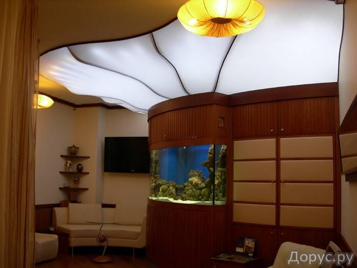 Полупрозрачный натяжной потолок схож с загадочным матовым стеклом.