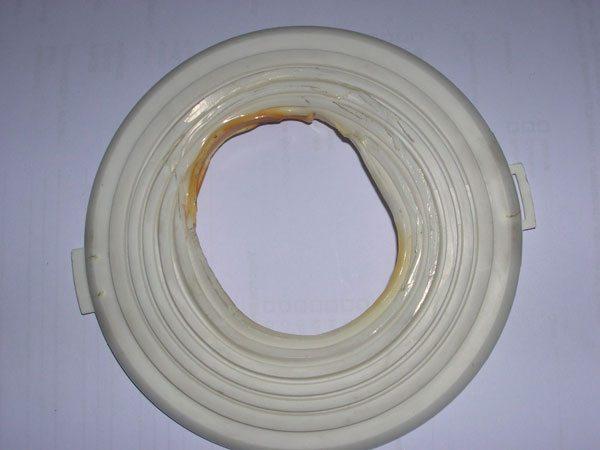 Мощность ламп накаливания ограничена условиями использования. Теплу над полотном потолка некуда деваться, перегрев же опасен и светильнику, и потолку.