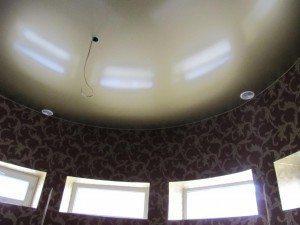 В классической гостиной с эркером бесшовный перламутровый потолок способен отразить всю ее роскошь