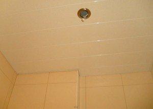 Реечный подвесной потолок в ванной установлен
