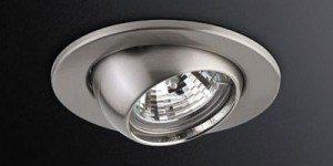 Многие светильники позволяют направить свет галогенной лампы с напылением в нужную точку комнаты