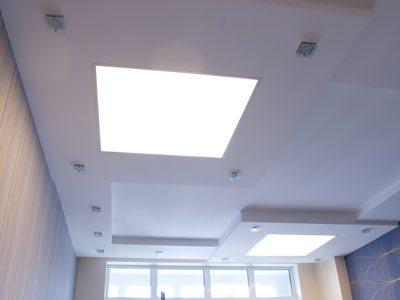 Здесь мы видим вариант с врезкой панелей 90х90 см в гипсокартонный потолок.
