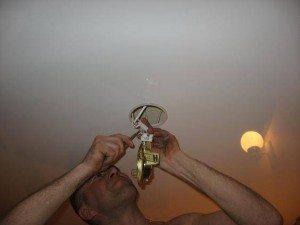 Разумеется, светильники подключаются при обесточенной проводке