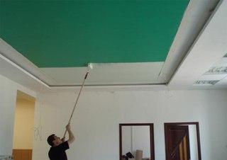 У бесшовных натяжных потолков выбор цветов меньше. Впрочем, они могут быть окрашены после установки.