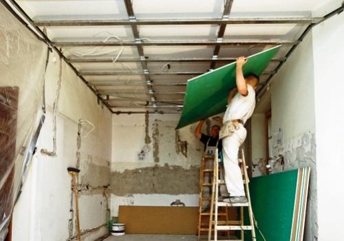 Для монтажа гипсокартона на потолок нужно 2-3 человека