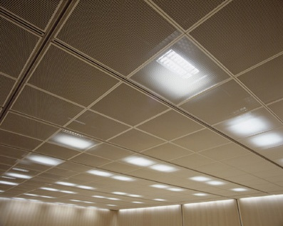 Подвесной потолок улучшает акустику в помещении
