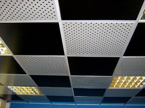 Вместо вентиляционных решеток в потолки металлические кассетные часто устанавливаются перфорированные панели, выполняющие ту же функцию.