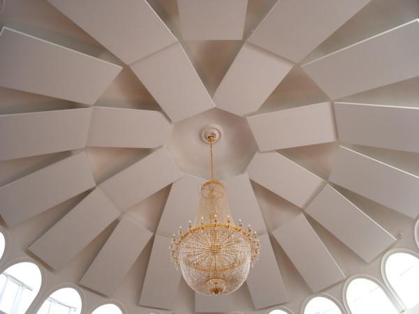 Сфера применения потолков Ecophon не ограничена офисами и квартирами. На фото отделанный акустическими панелями потолок концертного зала.