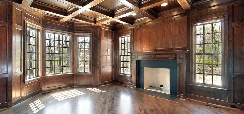 Потолок по деревянным балкам с расположением балок в форме решетки выглядит очень эффектно