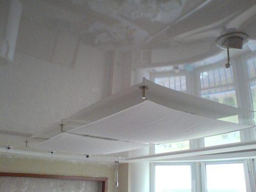 Глянец натяжных потолков прибавляет помещению света и визуально делает его более объемным