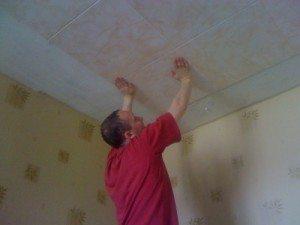 Клеим потолки