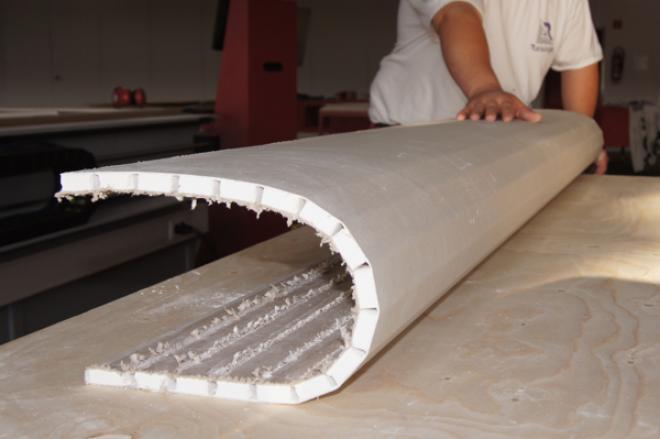 Так толстый гипсокартон крепится к криволинейным поверхностям.