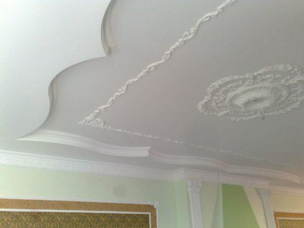 Благодаря гибкости пенополистирола, украшениями из него можно оформить потолок сложной формы.