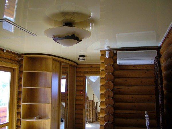 Богатейший выбор натяжных потолков предоставит нам возможность купить именно то, что по-настоящему украсит необычную комнату с уютными деревянными стенами
