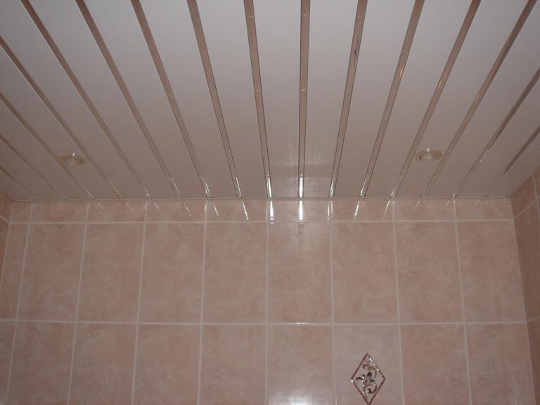 Реечный потолок в ванной своими руками фото