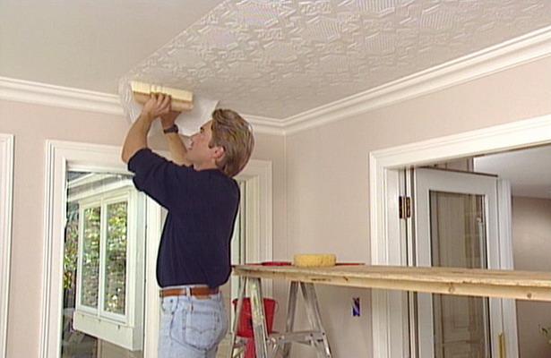 Оклейка потолочной поверхности