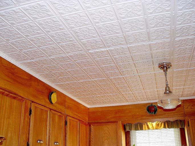 Потолочное покрытие для кухни с полистиролом отличается превосходными звукоизоляционными и теплоизоляционными показателями