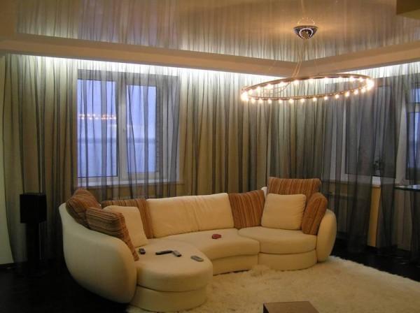 Глянцевое натяжное покрытие отлично впишется в интерьер в квартире с низкими потолками