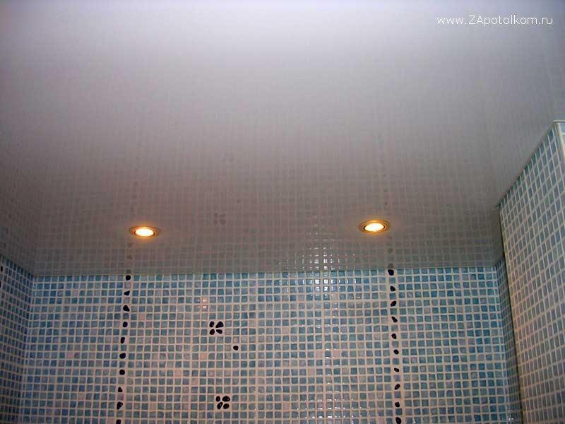 Глянцевый натяжной потолок, среди прочего, сделает помещение зрительно выше.