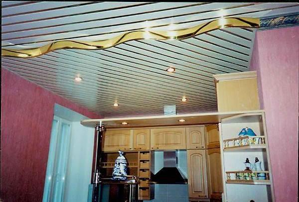 Реечные кухонные потолки долговечные, легкие, экологически чистые, не портятся от влаги и не горят