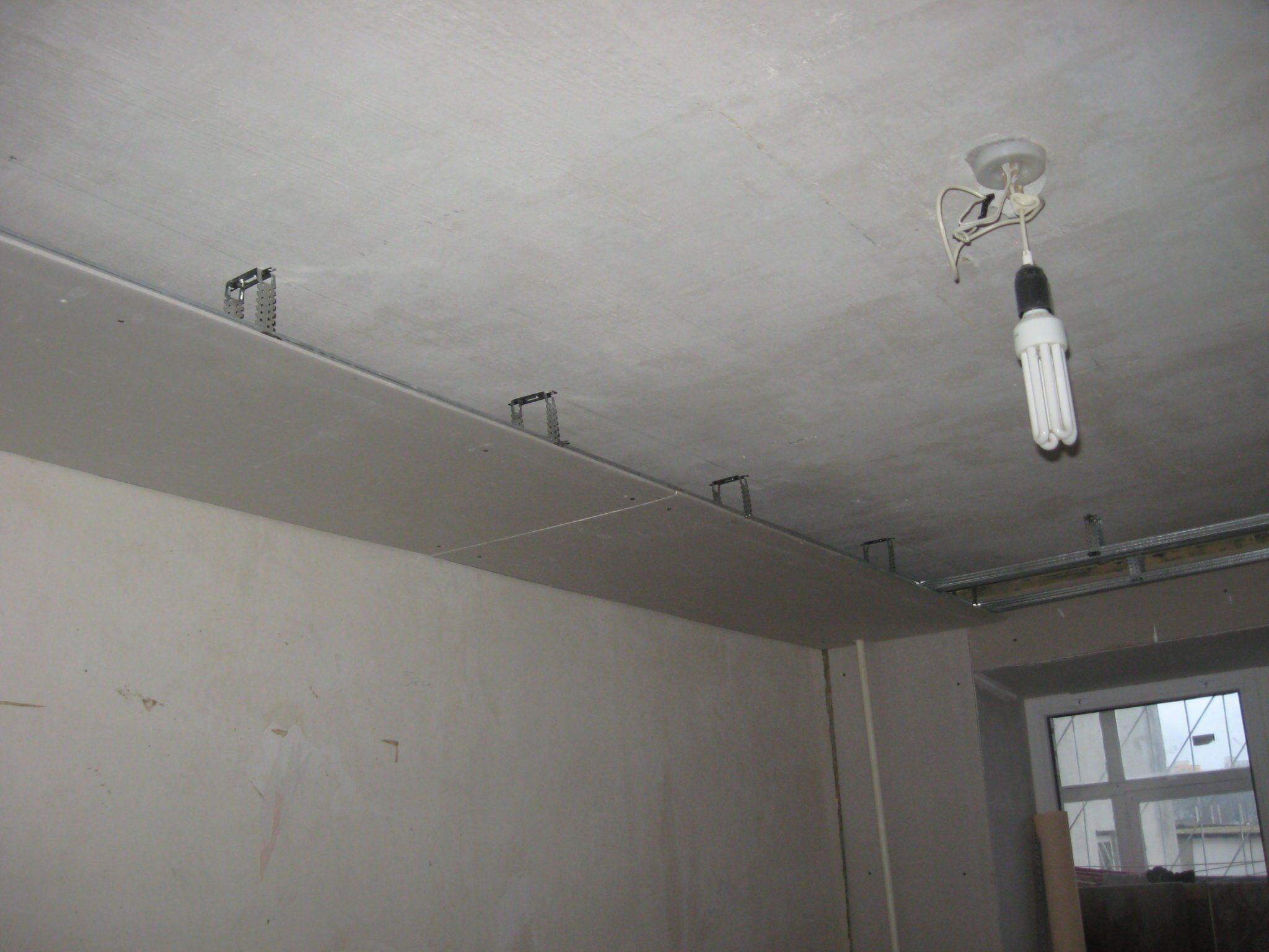 Монтаж подвесных потолков из гипсокартона.