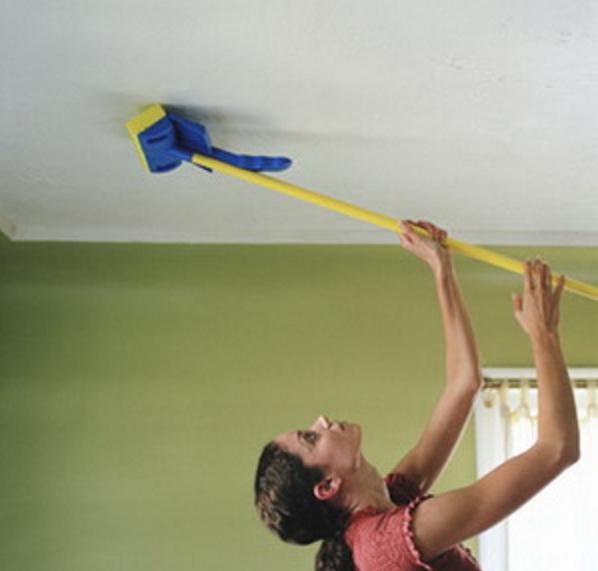 Чистка тканевых потолков требует больших усилий